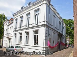 IMG_9927-Opening Roze Huis-31 mei 2013-Roze Huis met roze slinger en regenboogvlag 2-EFP