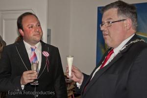 Opening Roze Huis-31 mei 2013- Burgemeester Bruls proost met de voorzitter Tjeu Borremans-Eppink Fotoproducties